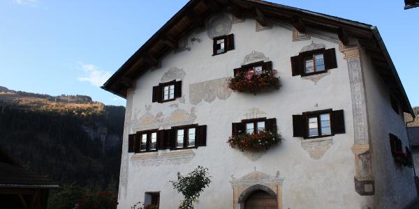 Etappe 7: Wohnhaus mit Malereien von Ardüser, Reischen
