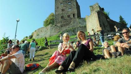 Weinwanderer im Schatten der Burgruine Schauenburg