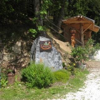 Schober Keusche - Stein mit Kern Buam Markierung am Weg