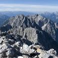 Der Gipfel wartet mit prächtigen Ausblicken auf (hier Großkarspitze, Tiefkarspitze, Westliche Karwendelspitze und Viererspitze)