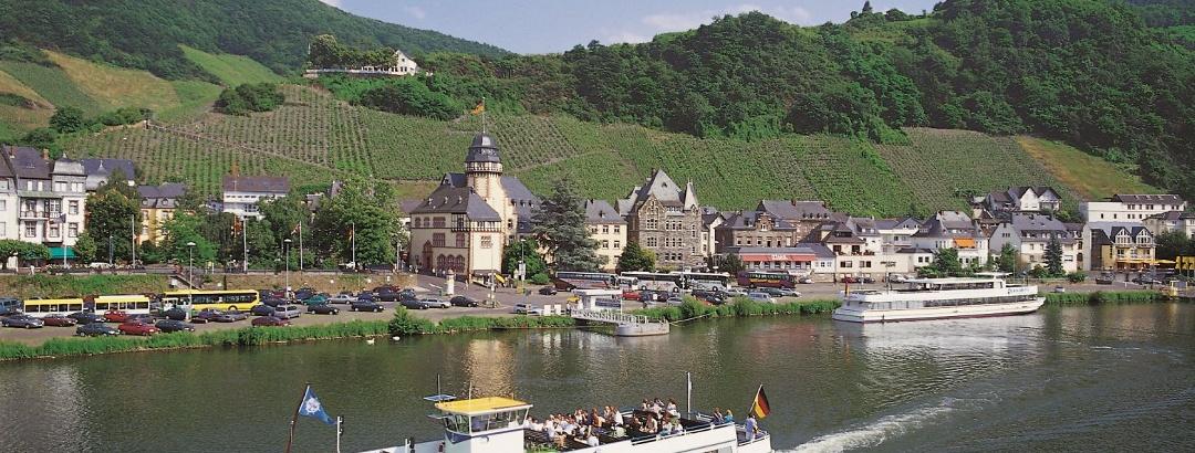 Blick auf Bernkastel und die Burg Landshut