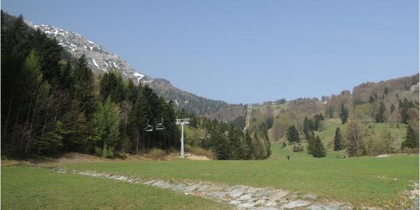 Von der Sessellift-Talstation in Losenheim die Piste entlang hinauf
