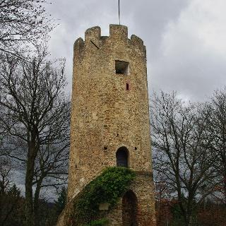 Der gut erhaltene Rundturm der Burg Zähringen.