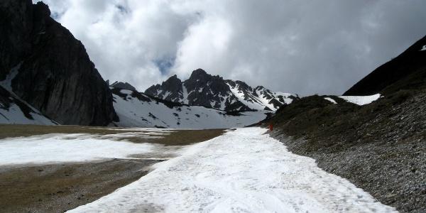 Die Hochtennspitze hinten in der Bildmitte - Im Vordergrund: Gerade noch genug Schnee für Aufstieg und Abfahrt