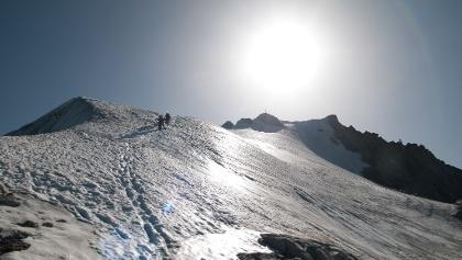 Gipfelfirn mit dem ersten steilen Aufschwung