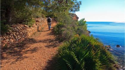 Mediterrane Flora und traumhafte Ausblicke begleiten uns bei dieser Tour.