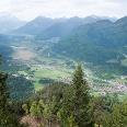 Blick vom Osterfeuerkopf hinab nach Eschenlohe und bis zur Zugspitze