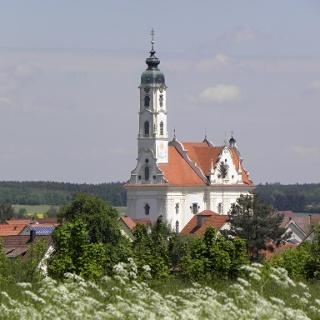Weithin sichtbar ist die Pfarrkirche St. Peter und Paul in Steinhausen