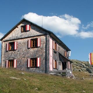 Die Hugo-Gerbers-Hütte mit Ausblick zu den Karnischen Alpen.