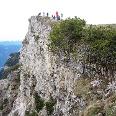 Am Gipfel treffen sich Wanderer, Klettersteiggeher und Radler.