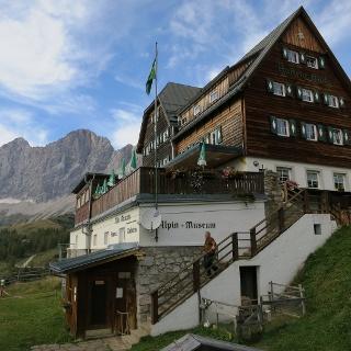Die Austriahütte vor der Dachstein Südwand