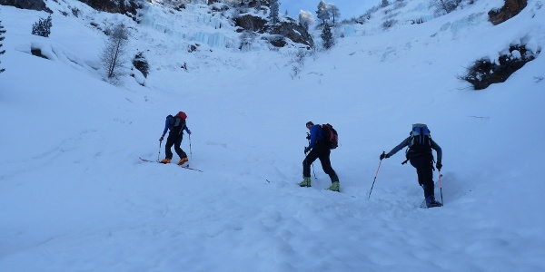 Eingerahmt von schönen Eisfällen, erfolgen oberhalb der vorletzten steilen Rinne noch ein paar Spitzkehren.