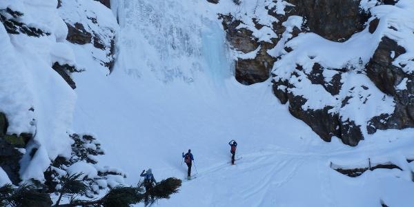 Beeindruckend ist die Querung unterhalb des gewaltigen Eisfalls. Diese Rinne kann später für die Abfahrt genutzt werden.