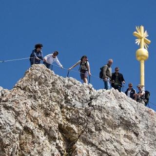 Das viel besuchte goldene Gipfelkreuz der Zugspitze.
