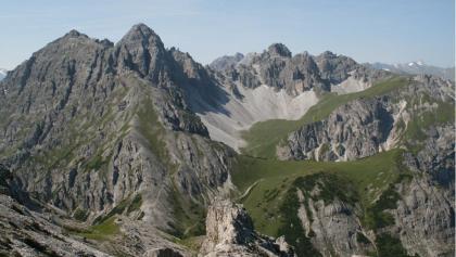 """Grandioser Blick von der Nockspitze auf die """"Dolomiten Nordtirols"""" mit dem Lizumer Kar. Markant ragt die Marchreisenspitze empor."""