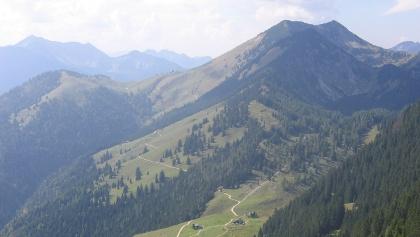 Steilner Joch, Unterberg, Großer Traithen (ganz hinten) vom Brünnsteingipfel aus gesehen, vorne Himmelmoos-Alm