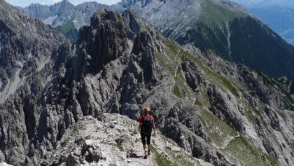Einer der wenigen sanften Abschnitte auf dem Freiunger Höhenweg. Die Felspyramide der Kuhlochspitze ist bereits erkennbar.