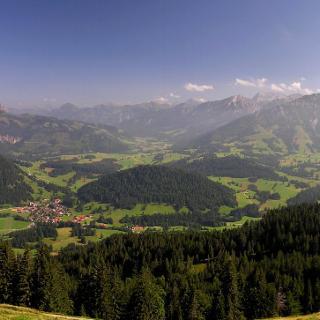 Blick vom Panoramaweg am Wertacher Hörnle mit den Allgäuer und Tiroler Bergen