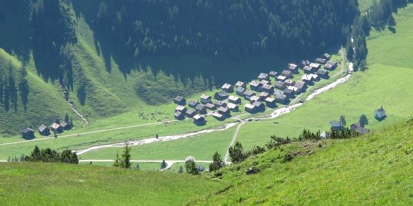 Der Nenzingerhimmel mit seinen Alpgebäuden, rechts die Rochuskapelle