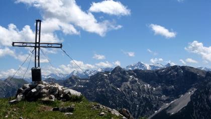 Der aussichtsreiche Gipfel bietet ein prächtiges Panorama; hier zeigt sich die Zugspitze in der Ferne!