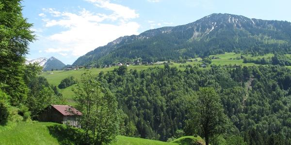 Am Weg nach St. Gerold mit Blick auf den Hohen Frassen und Raggal