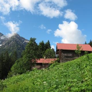 Altes Walserhaus mit Stall am Breitachweg, im Hintergrund Zwölfer- und Elferkopf.