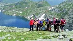 Gruppenfoto inmitten der felsigen Berglandschaft