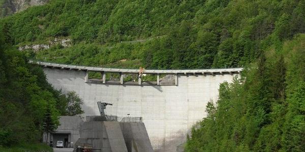 Das Kraftwerk Klaus staut die Steyr zu einem großen Stausee.