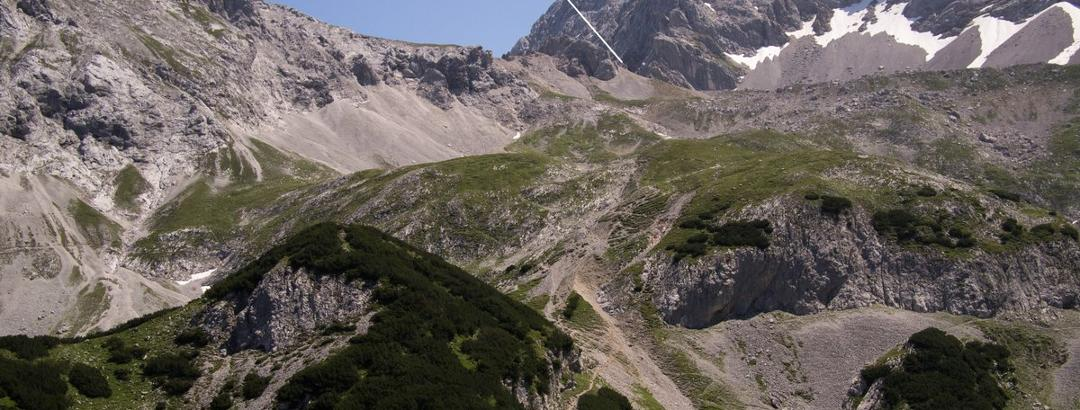 Blick von der Terrasse der Coburger Hütte zum Hinteren Taja-Törl (2259 m).