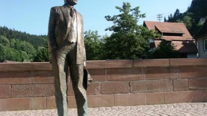 Hesse-Statue auf der Nikolausbrücke