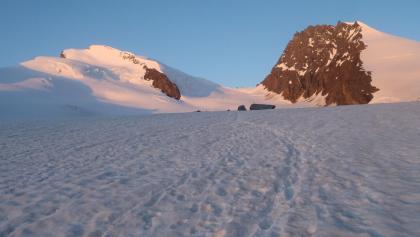 Auf der linken Bildseite leuchtet das Strahlhorn im Morgenlicht, Adlerpass und Rimpfischhorn sind auch gut sichtbar.