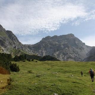 Von der Alpe Sesvenna recht flach durch das Tal