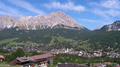 Blick auf Cortina d'Ampezzo. Im Hintergrund der Monte Cristallo (3.216 m s.l.m.) mit der Passo Tre Croci.