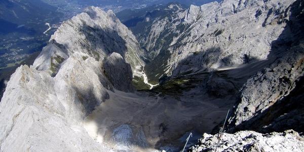 Blick von der Zugspitze in das Höllental.