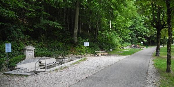 Der Maximilian Brunnen - Kein Autoverkehr auf der Straße