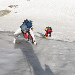 Ein solider Gletscherpickel ist für die Begehung der Nordflanke ausreichend. Ein Steileisgerät als Zweitgerät kann bei Bankeis dem Vorsteiger zusätzliche Sicherheit geben.