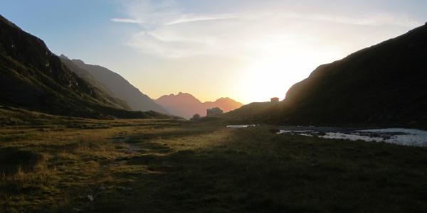 Von der Franz-Senn-Hütte folgen wir dem unschwierigen Weg Nr. 13 entlang des Alpeiner Bachs. Die ideale Aufbruchszeit für diese Tour ist ca. 1/2 Stunde vor Sonnenaufgang.