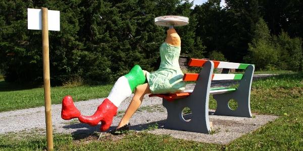 Europa-Rundwanderweg, Italien-Bank mit Schul-Kunstobjekt
