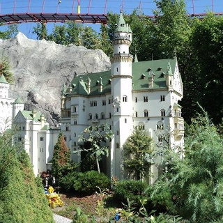 """Blick auf """"Neuschwanstein"""" beim Rundgang durchs Legoland Deutschland in Günzburg."""