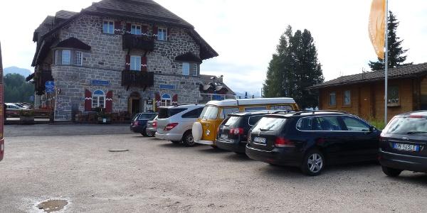 Direkt am Karer Pass gibt es genügend Park- als auch Einkehrmöglichkeiten.