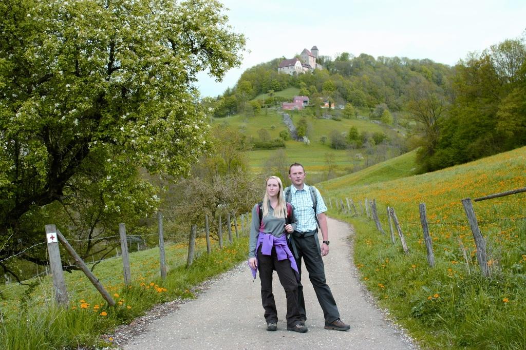 Wanderer unterhalb von Schloss Tierberg  - @ Autor: Beate Philipp  - © Quelle: Hohenlohe + Schwäbisch Hall Tourismus e.V.