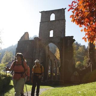 Wanderer an der Klosterruine Allerheiligen