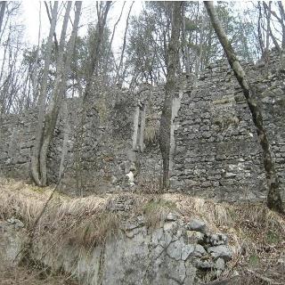 Ruinen aus dem I. Weltkrieg auf dem Weg