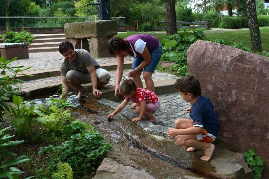 Wassertretanlage mit Fußfühlpfad im Kurpark