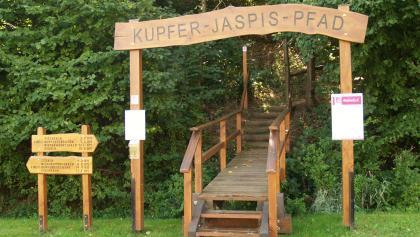 Eingangspforte zum Kupfer-Jaspis-Pfad am Pulverloch in Hintertiefenbach