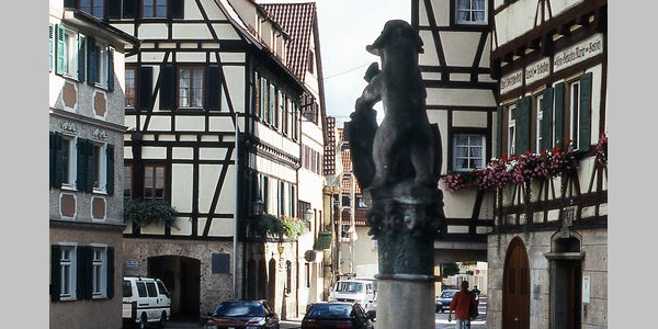 Marktplatz mit Fachwerkhäusern und Marktbrunnen