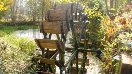 Mühlrad im Herbstlicht (Etzenbacher Mühle)