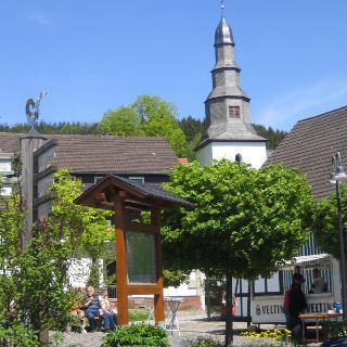 Dorfplatz und Kirche in Deifeld