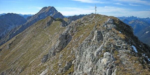 Bike and Hike zur Kreuzspitze - Gipfel mit Hochplatte im Hintergrund
