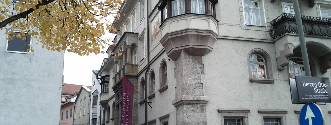 Der Haupteingang des Stadtmuseums und Stadtarchivs von Innsbruck.